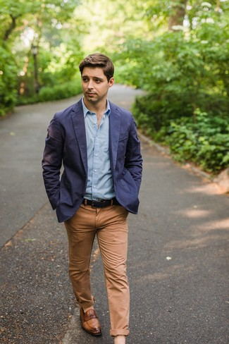 Cómo combinar: blazer de algodón azul marino, camisa de manga larga celeste, pantalón chino marrón claro, mocasín de cuero marrón
