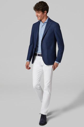 Cómo combinar: blazer azul marino, camisa de manga larga celeste, pantalón chino blanco, botas safari de ante azul marino