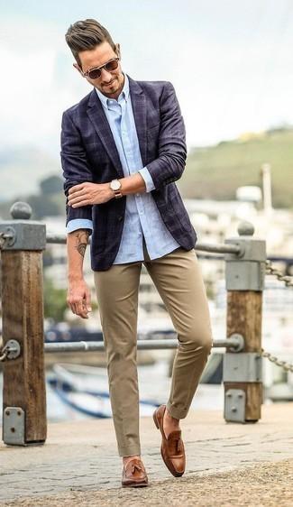 Cómo combinar un blazer con un mocasín con borlas: Si buscas un estilo adecuado y a la moda, empareja un blazer con un pantalón chino marrón claro. Opta por un par de mocasín con borlas para mostrar tu inteligencia sartorial.