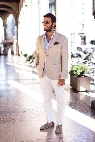 Cómo combinar un pantalón chino blanco: Elige un blazer en beige y un pantalón chino blanco para lograr un look de vestir pero no muy formal. Mezcle diferentes estilos con mocasín de ante gris.