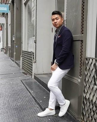 Cómo combinar unos tenis de cuero blancos: Elige un blazer azul marino y un pantalón chino blanco para el after office. Tenis de cuero blancos contrastarán muy bien con el resto del conjunto.