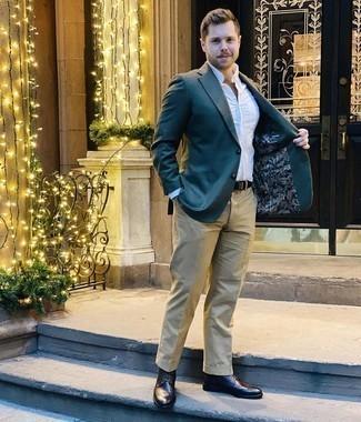 Cómo combinar un pantalón chino marrón claro: Si buscas un look en tendencia pero clásico, intenta combinar un blazer verde oscuro junto a un pantalón chino marrón claro. Botas brogue de cuero en marrón oscuro son una opción buena para complementar tu atuendo.