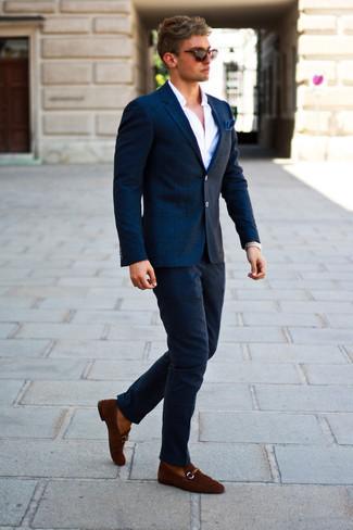 Outfits hombres estilo casual elegante: Utiliza un blazer de lana a cuadros azul marino y un pantalón chino de lana azul marino para lograr un look de vestir pero no muy formal. ¿Te sientes valiente? Opta por un par de mocasín de ante marrón.