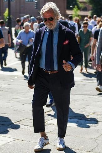 Outfits hombres: Elige un blazer azul marino y un pantalón chino azul marino para las 8 horas. Tenis de cuero en blanco y azul marino añaden un toque de personalidad al look.