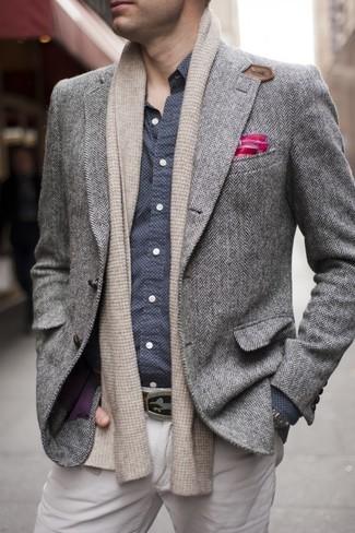Cómo combinar: blazer de lana de espiguilla gris, camisa de manga larga a lunares en azul marino y blanco, pantalón chino en beige, pañuelo de bolsillo rosa
