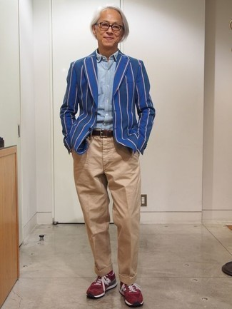 Cómo combinar unas deportivas rojas: Opta por un blazer de rayas verticales azul y un pantalón chino marrón claro para lograr un estilo informal elegante. Si no quieres vestir totalmente formal, elige un par de deportivas rojas.