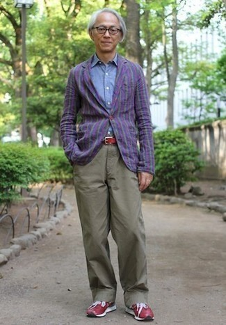 Cómo combinar unas deportivas rojas: Utiliza un blazer de rayas verticales en violeta y un pantalón chino verde oliva para después del trabajo. Haz este look más informal con deportivas rojas.
