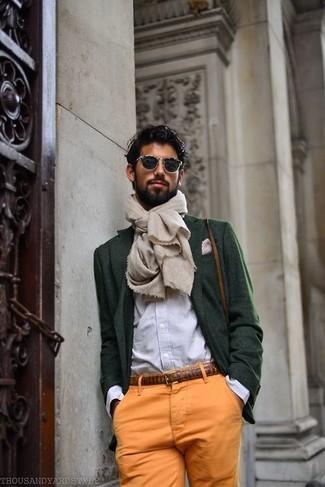 Cómo combinar: blazer de lana verde oscuro, camisa de manga larga de rayas verticales azul, pantalón chino naranja, pañuelo de bolsillo a lunares en blanco y rojo