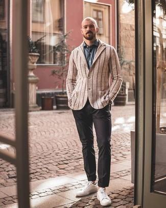 Cómo combinar un pantalón chino en gris oscuro: Empareja un blazer de rayas verticales marrón claro junto a un pantalón chino en gris oscuro para un lindo look para el trabajo. Si no quieres vestir totalmente formal, usa un par de tenis de cuero blancos.