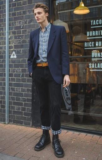 Cómo combinar una correa de cuero en tabaco: Un blazer azul marino y una correa de cuero en tabaco son una opción atractiva para el fin de semana. Con el calzado, sé más clásico y elige un par de botas casual de cuero negras.
