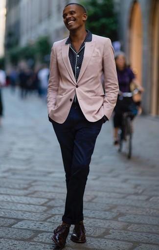 Cómo combinar un blazer rosado: Si buscas un estilo adecuado y a la moda, ponte un blazer rosado y un pantalón chino azul marino. Dale onda a tu ropa con zapatos oxford de cuero burdeos.