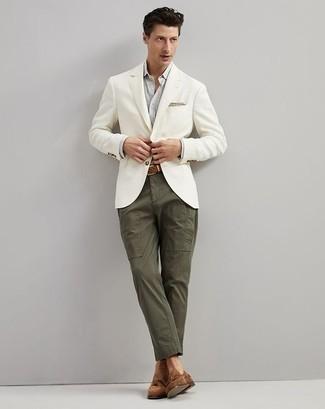Cómo combinar un pantalón chino verde oliva: Elige un blazer blanco y un pantalón chino verde oliva para crear un estilo informal elegante. Dale un toque de elegancia a tu atuendo con un par de mocasín con borlas de ante marrón.