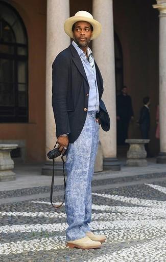 Cómo combinar un sombrero de paja en beige: Un blazer azul marino y un sombrero de paja en beige son tu atuendo para salir los días de descanso. Zapatos brogue de ante en beige proporcionarán una estética clásica al conjunto.