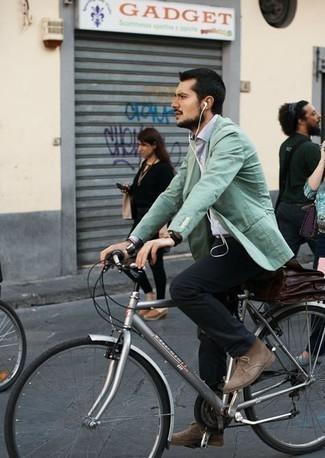 Cómo combinar unas botas: Si buscas un look en tendencia pero clásico, empareja un blazer en verde menta junto a un pantalón chino negro. Botas son una opción estupenda para completar este atuendo.