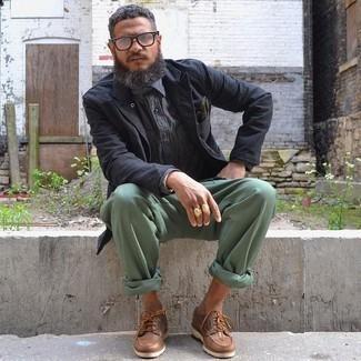 Cómo combinar un blazer negro: Si buscas un look en tendencia pero clásico, equípate un blazer negro con un pantalón chino en verde menta. ¿Quieres elegir un zapato informal? Elige un par de náuticos de cuero marrónes para el día.