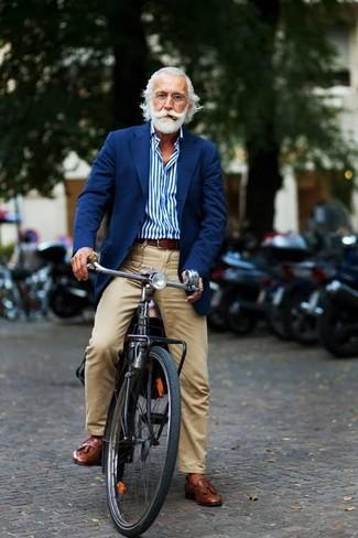 Cómo combinar: blazer azul marino, camisa de manga larga de rayas verticales azul, pantalón chino marrón claro, mocasín con borlas de cuero marrón