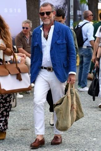 Cómo combinar un blazer azul: Usa un blazer azul y un pantalón chino blanco para el after office. Mocasín de cuero marrón añaden la elegancia necesaria ya que, de otra forma, es un look simple.