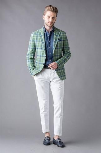Cómo combinar un blazer de tartán verde oscuro: Utiliza un blazer de tartán verde oscuro y un pantalón chino blanco para después del trabajo. Dale onda a tu ropa con mocasín de cuero azul marino.