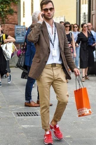 Cómo combinar unas deportivas rojas: Ponte un blazer marrón y un pantalón chino marrón claro para crear un estilo informal elegante. Si no quieres vestir totalmente formal, haz deportivas rojas tu calzado.