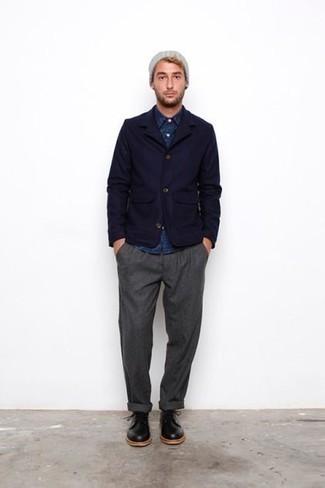 Outfits hombres: Elige un blazer azul marino y un pantalón chino gris para después del trabajo. Con el calzado, sé más clásico y elige un par de zapatos derby de cuero negros.