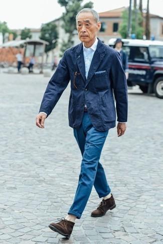Outfits hombres: Casa un blazer azul marino junto a un pantalón chino azul para lograr un look de vestir pero no muy formal. Este atuendo se complementa perfectamente con botas safari de ante en marrón oscuro.