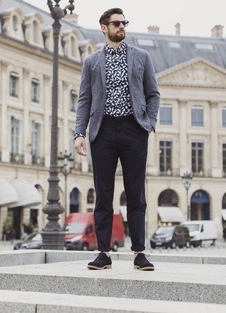 Cómo combinar un reloj: Casa un blazer de lana gris con un reloj para un look agradable de fin de semana. Con el calzado, sé más clásico y complementa tu atuendo con zapatos oxford de ante azul marino.