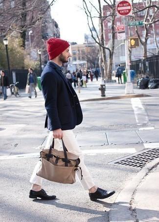 Cómo combinar un gorro rojo: Empareja un blazer azul marino con un gorro rojo transmitirán una vibra libre y relajada. Con el calzado, sé más clásico y completa tu atuendo con zapatos oxford de cuero negros.
