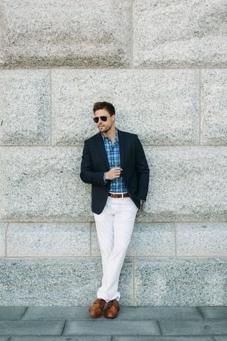 Cómo combinar unos zapatos derby de cuero marrónes: Empareja un blazer azul marino con un pantalón chino blanco para lograr un look de vestir pero no muy formal. ¿Por qué no ponerse zapatos derby de cuero marrónes a la combinación para dar una sensación más clásica?