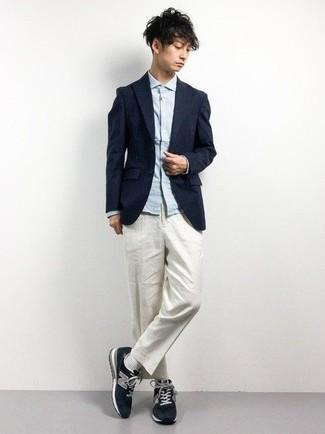 Cómo combinar unos calcetines blancos para hombres de 20 años: Para un atuendo tan cómodo como tu sillón ponte un blazer azul marino y unos calcetines blancos. Deportivas azul marino son una opción buena para completar este atuendo.