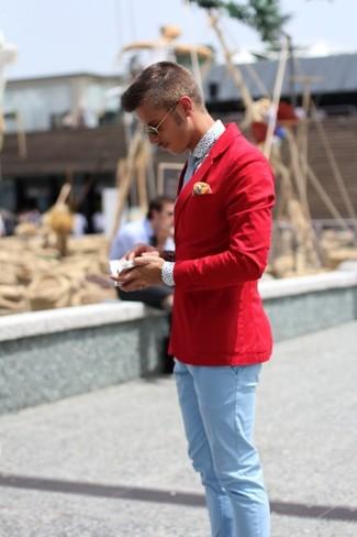 Cómo combinar: blazer de algodón rojo, camisa de manga larga a lunares blanca, pantalón chino celeste, corbata celeste
