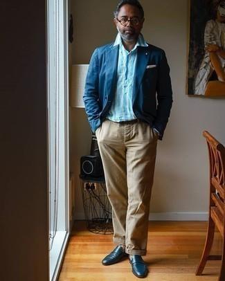 Cómo combinar un pantalón chino marrón claro: Empareja un blazer azul marino con un pantalón chino marrón claro para un lindo look para el trabajo. ¿Te sientes valiente? Elige un par de mocasín de cuero azul marino.