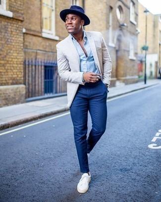 Cómo combinar un pantalón chino azul: Elige un blazer gris y un pantalón chino azul para lograr un look de vestir pero no muy formal. Si no quieres vestir totalmente formal, usa un par de tenis de lona blancos.