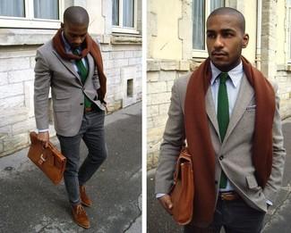 Cómo combinar: blazer de lana gris, camisa de manga larga blanca, pantalón chino gris, botas safari de ante marrónes