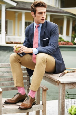Cómo combinar: blazer de algodón azul marino, camisa de manga larga celeste, pantalón chino marrón claro, zapatos brogue de cuero marrónes