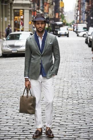 Cómo combinar: blazer gris, camisa de manga larga celeste, pantalón chino blanco, mocasín con borlas de cuero en marrón oscuro
