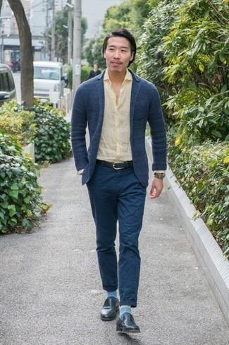 Cómo combinar un blazer de punto azul marino: Si buscas un look en tendencia pero clásico, equípate un blazer de punto azul marino con un pantalón chino azul marino. ¿Te sientes valiente? Complementa tu atuendo con mocasín de cuero azul marino.