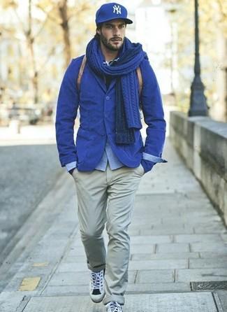Cómo combinar: blazer de algodón azul, camisa de manga larga de cambray celeste, pantalón chino gris, deportivas grises