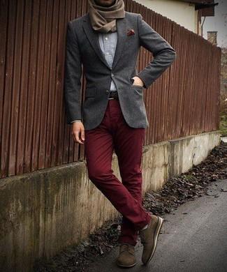 Cómo combinar: blazer de lana en gris oscuro, camisa de manga larga de cambray celeste, pantalón chino burdeos, zapatos derby de ante marrónes