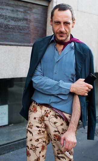 Cómo combinar una bufanda morado: Elige un blazer de algodón azul marino y una bufanda morado para un look agradable de fin de semana.