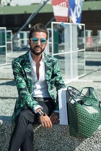 Cómo combinar: blazer estampado verde, camisa de manga larga blanca, pantalón de vestir de rayas verticales negro, bolsa tote de cuero verde