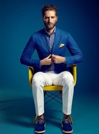 Cómo combinar: blazer de algodón azul, camisa de manga larga a lunares en blanco y azul marino, pantalón de vestir blanco, zapatos derby de ante azules