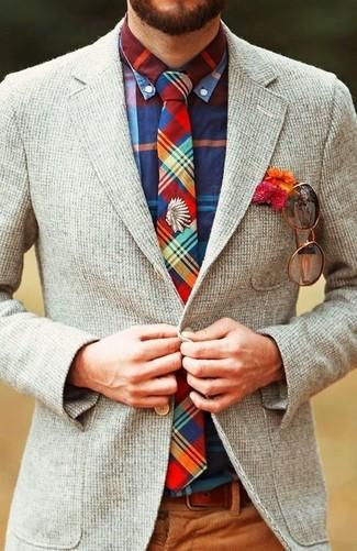 Cómo combinar: blazer de lana gris, camisa de manga larga de tartán en multicolor, pantalón de vestir de pana marrón, corbata de tartán en multicolor