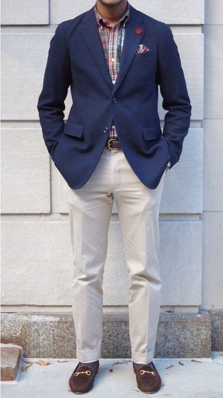 Cómo combinar: blazer azul marino, camisa de manga larga de tartán en multicolor, pantalón de vestir en beige, mocasín de ante en marrón oscuro