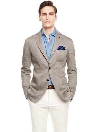 Cómo combinar: blazer de lino gris, camisa de manga larga a lunares celeste, pantalón de vestir blanco, pañuelo de bolsillo a lunares azul marino