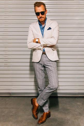 Casa una camisa de manga larga de cambray azul junto a un pantalón de vestir de tartán gris para después del trabajo. Zapatos con doble hebilla de cuero marrónes son una sencilla forma de complementar tu atuendo.