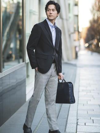 Cómo combinar: blazer negro, camisa de manga larga celeste, pantalón de vestir de tartán gris, mocasín de cuero negro