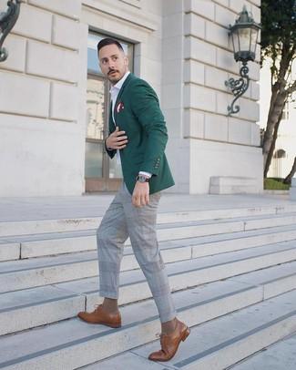 Cómo combinar: blazer verde oscuro, camisa de manga larga blanca, pantalón de vestir de tartán gris, zapatos derby de cuero marrónes