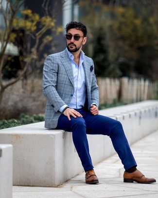 Look de moda: Blazer de tartán gris, Camisa de manga larga celeste, Pantalón de vestir azul, Zapatos con doble hebilla de cuero marrónes
