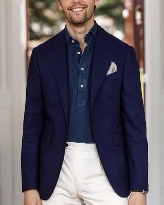 Cómo combinar: blazer azul marino, camisa de manga larga de cambray azul marino, pantalón de vestir blanco, pañuelo de bolsillo estampado en beige