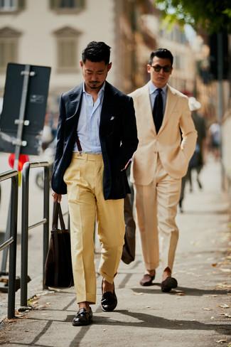 Cómo combinar: blazer azul marino, camisa de manga larga de rayas verticales celeste, pantalón de vestir marrón claro, mocasín con borlas de cuero en marrón oscuro